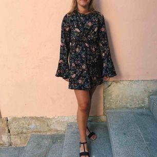 Söt blommig klänning från Pretty Little Thing, storlek S (UK 8). Öppen i rygg där man även kan knyta ett band. Köpare står för frakt🤗