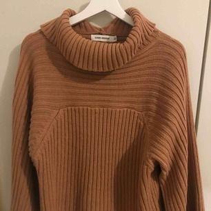 Sjukt mysig turtleneck tröja från Carin Wester i ekologiskt bomull! köpt för 500kr och säljer pga för lite användning. endast använd några gånger, så super skick☺️ väldigt stor o mysig så passar även större strl beroende på hur man vill att den ska sitta