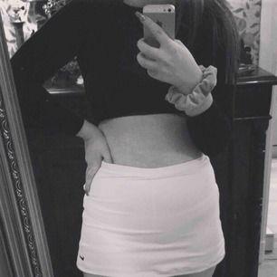 Superfräscha Golf-shorts från Nike! Ser ut som en kjol men under är det shorts. De är i storlek L men är egentligen till för tjejer 12-13 år. Passar en M/S/XS i vuxenstorlek. Inga skavanker eller fläckar. Bud? 😇😇