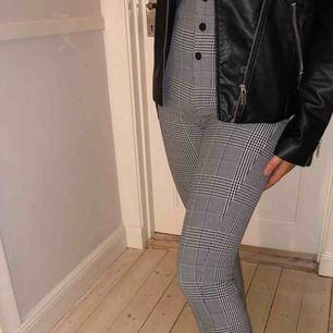 Ett par populära byxor fråga zara! Super snygga och sköna🤩 (det är inte mina bilder,så kontakta mig om du vill ha fler bilder på byxorna)