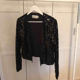 Köpt på Nelly Glittrig tröja, man får lite känslan av att de är en blandning mellan en kavaj och en kofta. Paljetter på. Aldrig använd, endast provad. Älskar den egentligen, men hittar inget bra tillfälle att ha den därför säljer jag den.