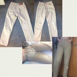 """Beiga byxor i """"jeanstyg"""". Står ingen storlek men jag skulle säga 38/40 eftersom att de passar mig. 100kr+frakt"""