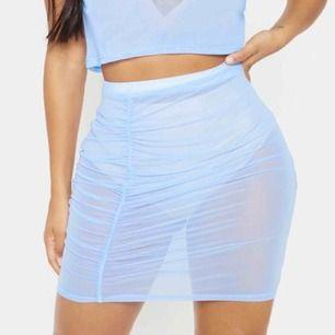 superfin mesh-kjol i ljusblått från prettylittlething, helt ny med lapp kvar. frakten ingår i priset🦋✨