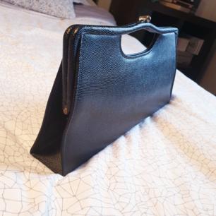 Hård svart väska.  Ca 40 cm bred (ögonmått)  Skickas (max 37kr frakt) eller möts i Göteborg.