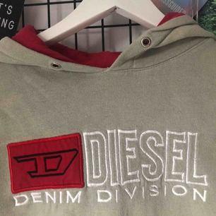 Beige Diesel hoodie med röda detaljer. Ny pris 800kr