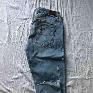 Ett par normalmidjade slitna boyfriend jeans i en fin ljusblå tvätt. De är ankel jeans och normala i storleken. Har glömt ordinarie priset men skulle tippa på mellan 400-500kr? Använt 2 gånger max, jeansen har minimal stretch!