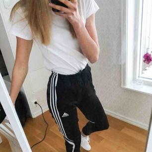 Adidas byxor i stl L junior storlek, jag är en stl XS och 170 cm lång 73 cm i benlängd!