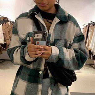 Populär jacka från zara i strl L men har vanligtvis xs i kläder och jackor men den sitter lite som en M på mig💕 Den är oversize men inte överdrivet💕 kan mötas upp i Sthlm/söder och jag kan frakta men köpare står för frakten