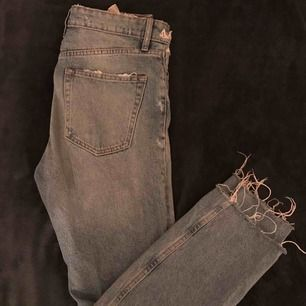 Så populära och snygga jeans från zara!🦋 i strl 36 och köpta för 400 kr. Avklippta nedtill, tighta över låren och med hål på knäna . Kan mötas upp i stockholm eller så står köparen för frakt💙💙