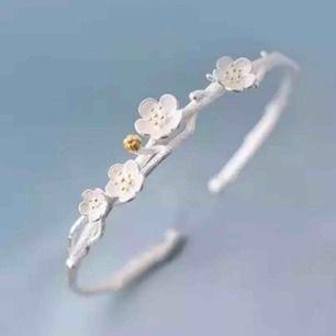 Eleganta stämplat Armband 925 Sterling Silver Plum Flower.Detaljer:yta:blästrade*leveras inplastade * leveras i en tjusig guldig tygetuiet. Se bilderna. BJUDER SJÄLVKLART PÅ PORTOT &  ETUIET