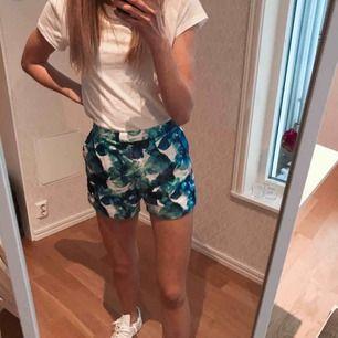 """Shorts från Angelica blick Z bikbok, lite glansigt tyg och """"fake fickor"""" bak. Säljes då de ej kommer till användning"""