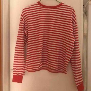 Randig tröja med ärm-muddar. Tröjan är storlek xs men passar även 36/S!  Möts i Stockholm eller så står köparen för frakt.