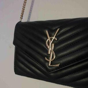 Yves Saint Laurent kopia, väääldigt bra kopia dessutom! Väskan är i fint skick och väldigt bra kvalite för att vara en kopia! ⚡️⚡️