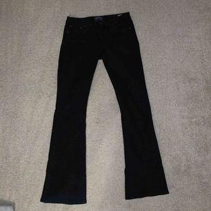 Ett par svarta bootcut jeans från Crocker, väldigt stretchiga och snygg passform!
