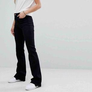 Wranglerjeans i Manchester💕 fickorna fram är som syns på andra bilden fyrkantiga och med den röda loggan på bakfickan, modellen är Flare och de är aldrig använda, frakt tillkommer🥰