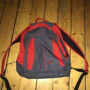 Snygg retro nike ryggsäck använd kanske en gång som sprillans ny !