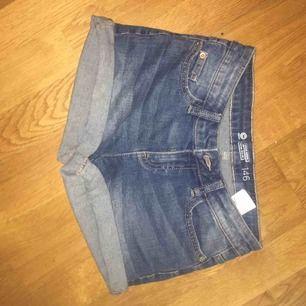 Jeansshorts från Cubus köpta för ett par år sedan, men skicket är fint! Shortsen är i storlek 146 men passar en xxs eller kanske xs! ✨ Frakten delar vi på!🌾