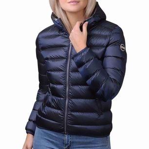 Jacka från colmar! I storlek Xs/S. Marinblå färg, använd 1 vinter. Det är den tjockare modellen så passar vinter och vår/höst.