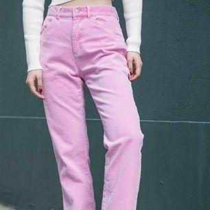 SÖKER vida rosa jeans eller byxor, högmidjade, gärna med lite 90tals vibbar!!