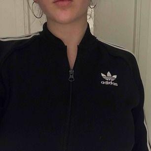 Adidas Originals kofta i väldigt fint skick, nypris 800kr men mitt pris är 200kr + frakt om ni ej har möjlighet att mötas upp❤️