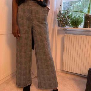 Vida byxor från Gina Tricot. Använd fåtal gånger. Kan skicka fler bilder vid förfrågan. Köparen står för frakt😊