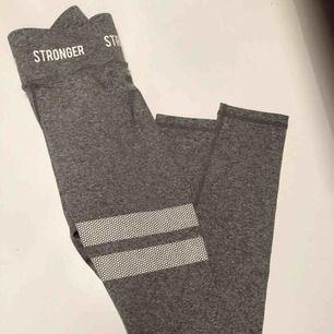 Oanvända Highwaisted tights från Stronger, storlek Xs, grå melange färg. Ordinarie pris 699