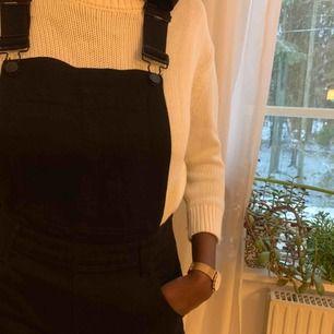 Svart jeans dress från cheap monday. Kan skicka fler bilder vid förfrågan. Använd fåtal gånger. Köparen står för frakt😊 (Säljer även den vita stickade tröjan, du hittar den i min profil).