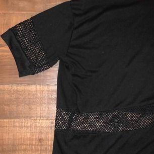 En snygg tshirt med öppna delar (rund midja och ärmar) från Brandy Melville. Det står onesize men den sitter bra för XS/S. 30 kr + frakt!