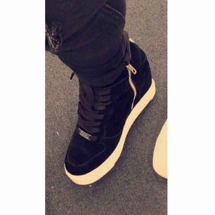 Sneakers med inbyggd kilklack  Toppen skick  St 36  Kan posta mot kostnad
