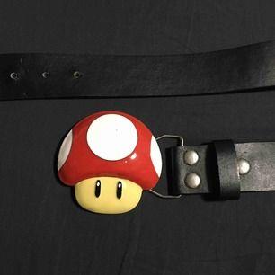 Ett bälte med en svamp från Super Mario! De är köpt på loppis för 100kr. Jag själv har aldrig använt bältet.