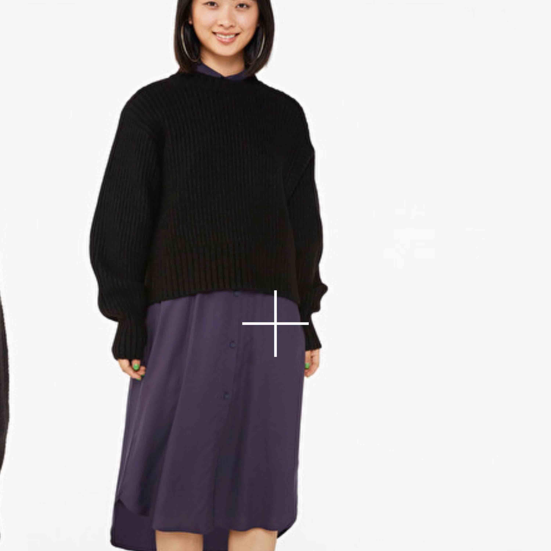 Skitmysig stickad tröja från monki i grått. Den är ljusare i verkligheten. Var osäker på storleken och ångrade mig efter att klippt av lapparna så den är bara testad. Köpt för 400kr. 😊. Stickat.