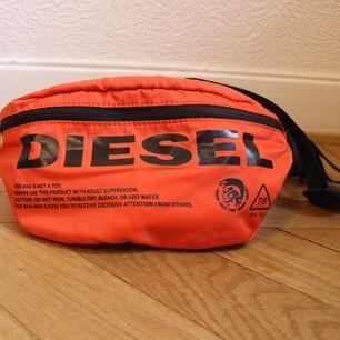 Snygg orange magväska från Diesel. Frakt 44kr.skeiv om du har några funderingar!