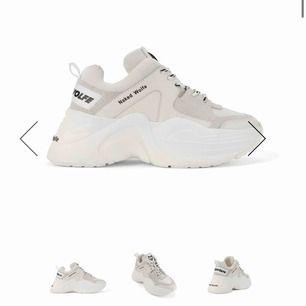 Säljer ett par helt nya Naked Wolfe Track shoes i storlek 39. Säljes pga jag råkat få två par.  Nypris: 3000, priset kan förhandlas vid snabb affär 🌸