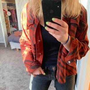 Så snygg jeansjacka från Zara!! Lite oversized så passar både xs/s/m🧚🏼♀️💕 kan användas både inne och ute o passar till det mesta