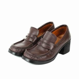 Vintage 90s leather chunky heel square toe loafers shoes in deep burgundy Some marks on the lining Label: 8, feels like 38. Judged by a person with size 38 Free shipping! Read the full description at our website majorunit.com No returns