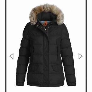 Parajumper jacka köpt på Nk 2018, använd en vinter då jag köpt en ny iår. köpte den för 9000, storleken är S men den passar även Xs.  Pris kan diskuteras vill gärna sälja den snabbt