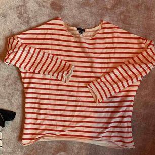 25kr + frakt tillkommer. Kan mötas upp i Linköping 💖 En jättefin vit, röd randig långärmad tröja som är lite stor i storleken. Sliten vid slutet av ärmarna och runt magen. Köpt på New Yorker. Jättefin!