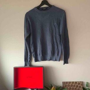 Grå/blå långärmad Gant tröja perfekt som överdrag. Äldre model men ändå fräsch och felfri. Knappt använd på ett par år men i bra skick. Passar Xs-S men inte så mycket större än så. 〰️👔〰️👔〰️👔〰️👔〰️👔〰️👔〰️👔〰️👔〰️👔