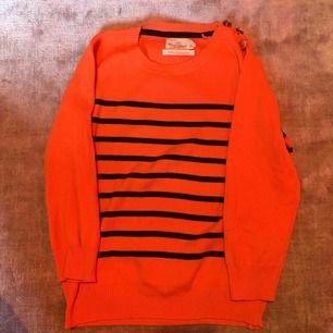 40kr + frakt tillkommer. Kan mötas upp i Linköping 💖 Orange nästan långärmad tröja med marinblåa ränder. Guldiga knappt på vänster axel. Köpt på Lindex för några 2/3 hundralappar så mycket bra pris!