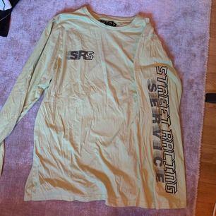 """30kr + frakt tillkommer. Kan mötas upp i Linköping 💖 En gul långärmad tröja med text på vänster arm """" street racing service"""" och tryck på höger bröst oxå. En liten fläck på vänster sida av tröjan men ganska svår o se. Köpt på Carlings under sommaren 2019"""