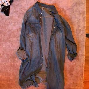 20kr + frakt tillkommer. Kan mötas upp i Linköping 💖 Snygg jeans skjorta som är storlek L men känns absolut inte som det. Snyggt med oversized annars 😉