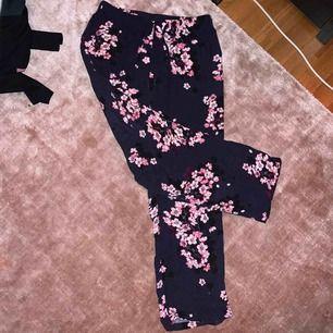 25kr + frakt tillkommer. Kan mötas upp i Linköping 💖 Mörkblåa pyjamasbyxor med rosa/lila blommor. Köpta på Gina Tricot. Inget fel med dem, bara jag som inte använder pyjamas längre 🤷♀️