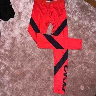 40kr + frakt tillkommer. Kan mötas upp i Linköping 💖 Svea träningstights. Röd med svarta sträck och svart Svea text på vänstra ben. Jättebekväma och flexibla. Fin rumpa 💛