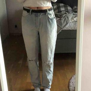 Säljer dessa byxor som är jätte fina men tyvärr är dom alldeles för stora för mig, är ca 164 cm. Dom är från H&M och är i fint skick.