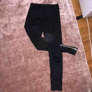 15kr + frakt tillkommer. Kan mötas upp i Linköping 💖 Svarta träningstights med kedja vid fötterna. Har ingen aning vart jag köpte dem elr vilken storlek. Men jag är 172cm o dem är lite korta på mig.