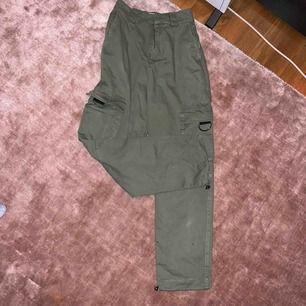 50kr + frakt tillkommer. Kan mötas upp i Linköping 💖 SVINSNYGGA militärgröna byxor med coola fickor. Dem är tyvärr lite korta på mig. Använda 2 ggr o är köpta i Haag på Pull&Bear 💘