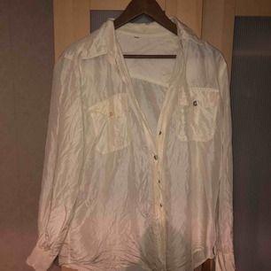 Snygg skjorta i 100% silke, är väldigt true to size och är mycket snygg att knyta upp till ett linne eller så. Den är ganska tunn så den är perfekt för lite kyligare sommarkvällar🌸💛