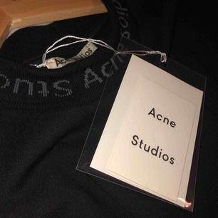 Acne Studios T-Shirt helt oanvänd. Den sitter precis som en M kanske lite större. Köpt på acne studios i Sthlm. Tagg finns på, kvitto finns ej