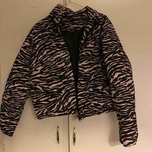 En super snygg zebra jacka i storlek S 🥰 nyskick endast provat🥰  köpt för 450kr säljer för 300kr och den är som ny som sagt endast provat❤️