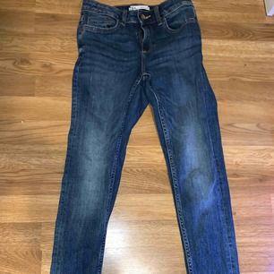 Hej säljer mina oanvända zara byxor. Dem är tajta oh midwaist, dem har en zip där nere som är väldigt fint. Köparen står för frakt. Orginalpris 400.